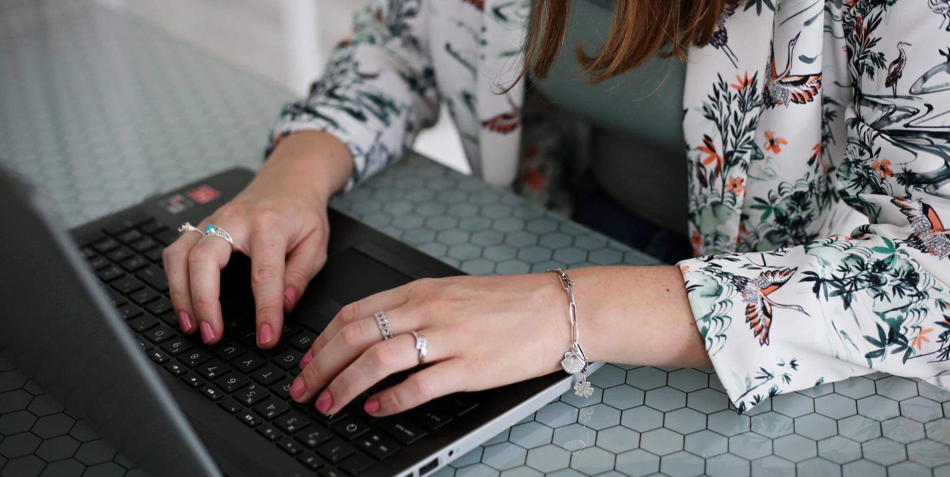 2handenvrij handen en laptop in beeld