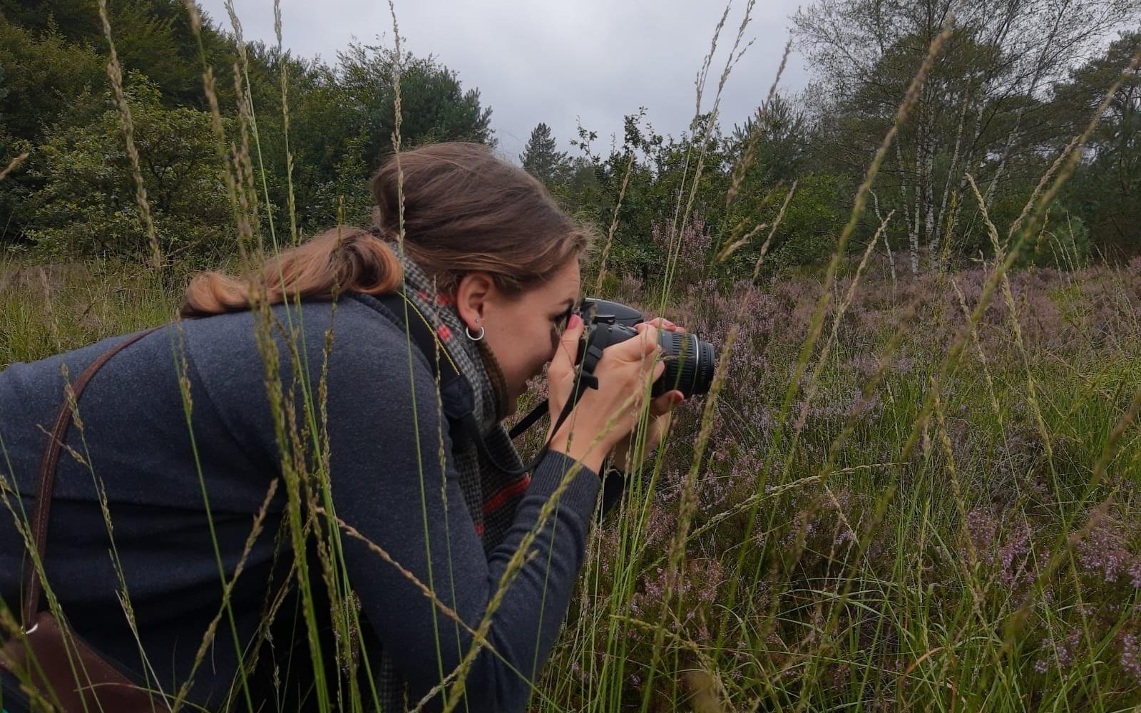 Danielle met camera in de natuur